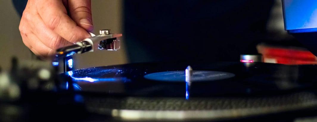DJ platen draaien